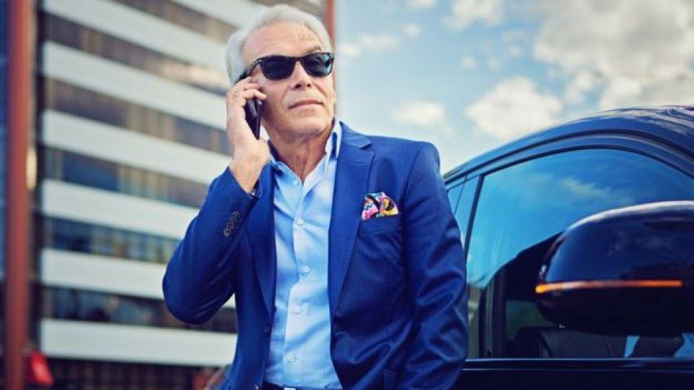 Hombre hablando por teléfono.