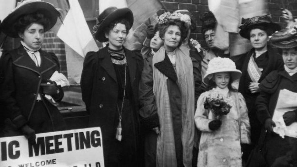 Diciembre de 1908: sufragistas inglesas Emmeline Pankhurst y su hija Christabel Harriette saliendo de la prisión en Bow Street, Londres, Reino Unido.