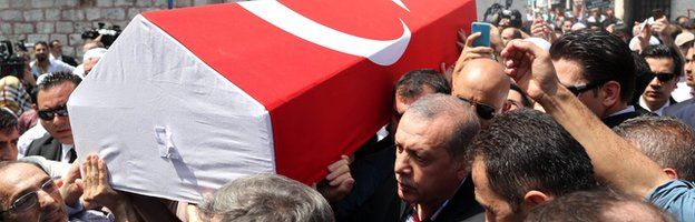 Turkish President Recep Tayyip Erdogan and mourners carry the coffin of one of victims who was killed in a coup during funeral at Fatih Mosque in Istanbul (17/07/2016)