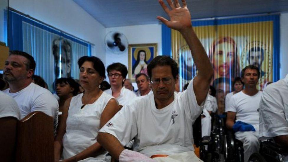 Pacientes que visitan la Casa San Ignacio de Loyola en Abadiania, Brasil