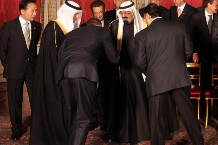 باراك أوباما ينحني أمام العاهل السعودي السابق الملك عبد الله خلال قمة في لندن عام 2009