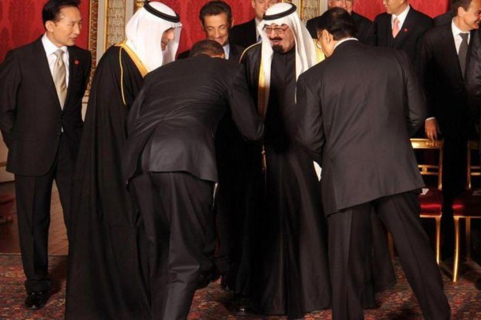 US President Barack Obama bows to Saudi Arabia King Abdullah bin Abdul Aziz Al Saud in London in 2009