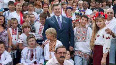 Expresidente de Ucrania Victor Yanukovich rodeado de niños que participaron en el programa Niños de Chernóbil en Cuba