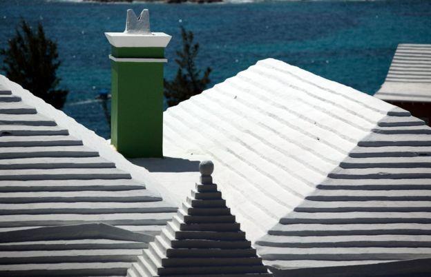 Techos blancos y escalonados en casas en las Islas Bermudas