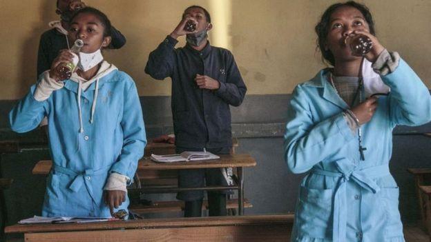 Des étudiants de l'école d'Antananarivo boivent du Covid-Organics