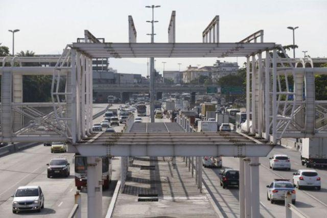 Obras de futura estação do BRT Transbrasil, na Avenida Brasil, altura de Manguinhos, no Rio de Janeiro.