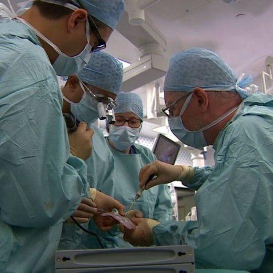 Médicos operam Safa e Marwa em hospital em Londres