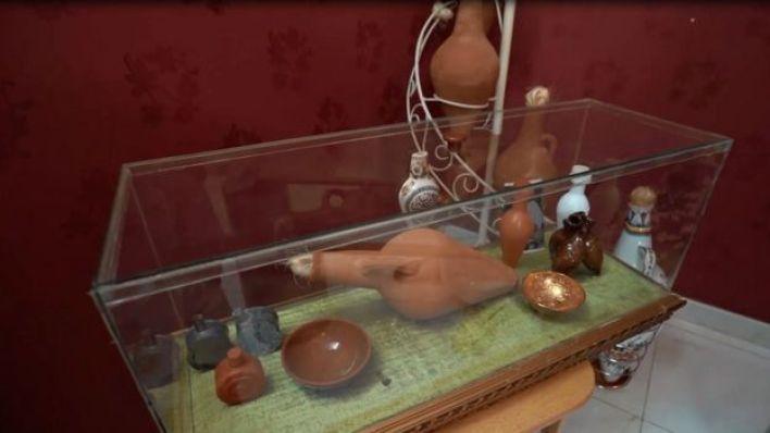 يحتفظ الشقيقان بنماذج من ادوات السقاية التي استخدماها منذ بداية عملهما