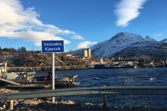 Un cartel que indica Kjopsvik (con el nombre Sami, Gasluokta)