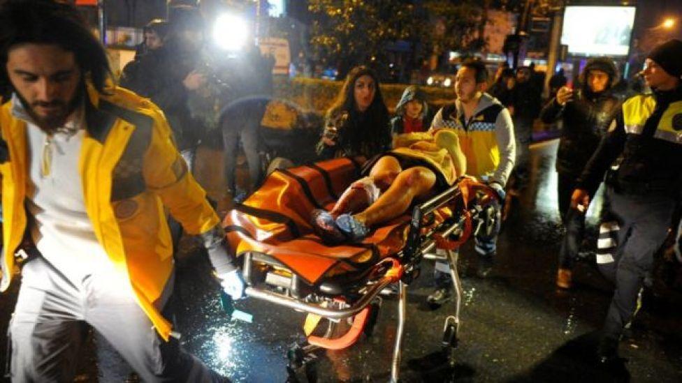 Mulher é levada ao hospital