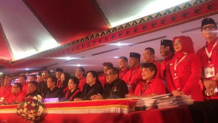 Megawati beserta jajaran kepengurusan PDIP dalam penutupan Kongres V PDIP di Bali, Sabtu (10/08).