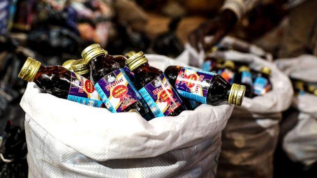 Botellas de jarabe amontonadas.