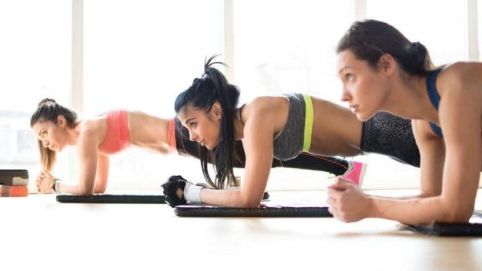 Mujeres haciendo abdominales.