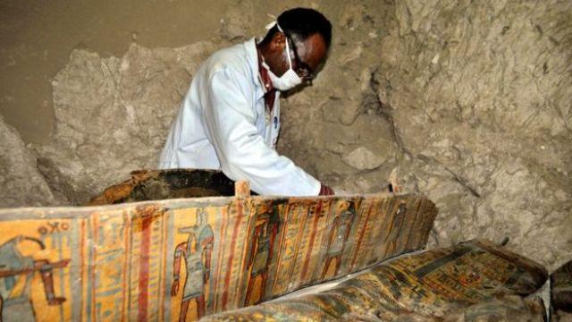 Un arqueólogo trabaja en uno de los cofres encontrados