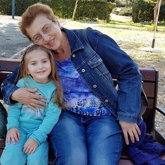 Shira e Julia, avó e neta, sentadas em um banco ao ar livre