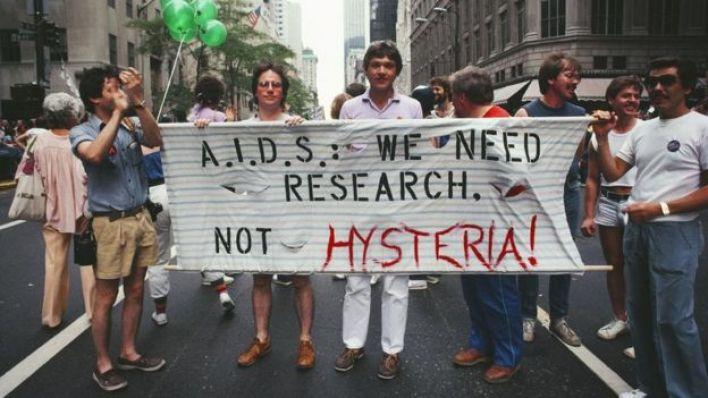 مسيرة تحمل لافتات عن الأيدز