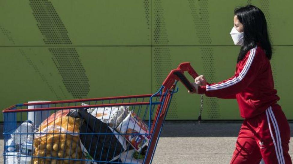 امرأة تدفع عررة تسوق