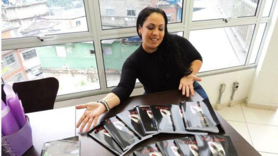 Fabiana Escobar com seu livro