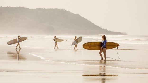 Unos surfistas en una playa de Costa Rica