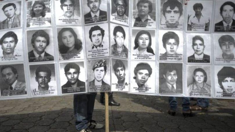 Fotos de vítimas de violações de direitos humanos no conflito salvadorenho