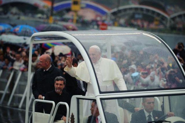 Imagem mostra o papa Francisco desfilando no papamóvel e se despedindo dos fiéis na cidade brasileira de Aparecida, em 2013