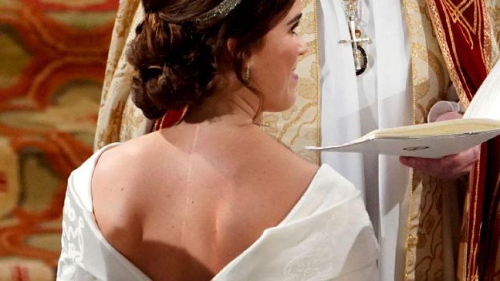 Imagen de la espalda de la princesa Eugenia con su vestido de bodas.