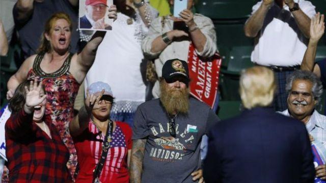 Donald Trump olha para seus simpatizantes