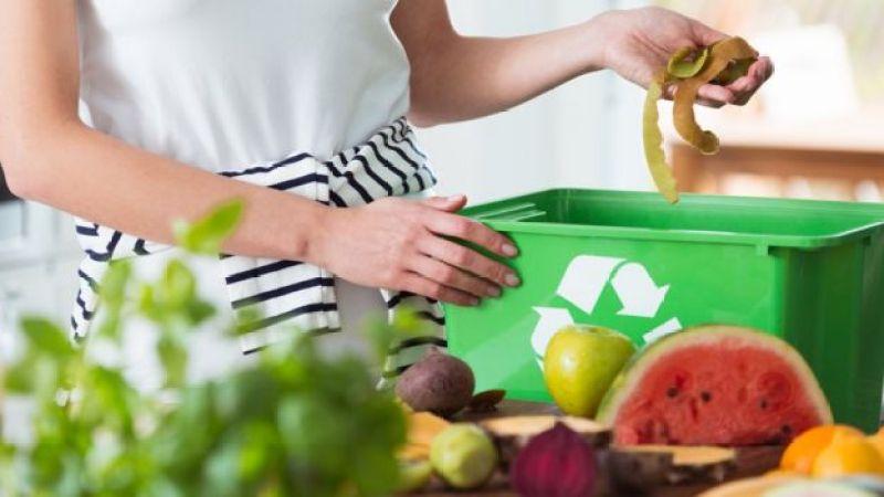 Mujer separando restos de alimentos.