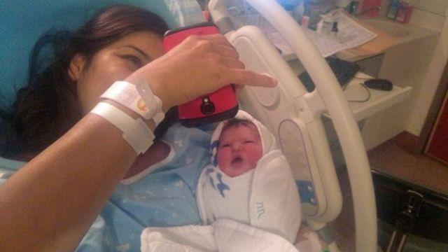 Liat deitada na cama do hospital, com a filha Shira, recém-nascida, nos braços