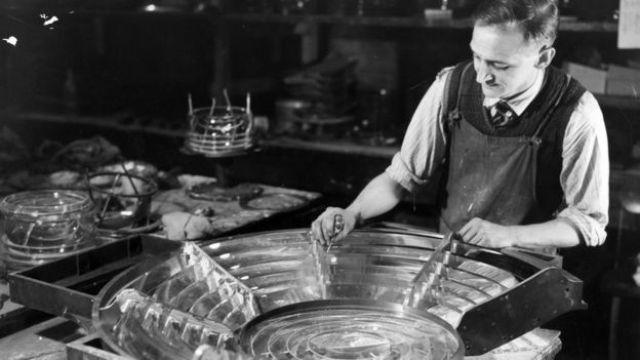 Los trabajadores de la empresa de vidrio fabricaban prismas para los faros.