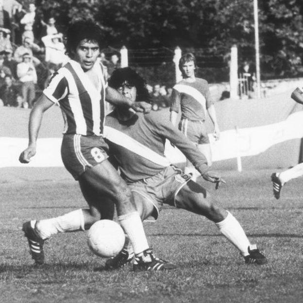 Maradona en un partido contra Talleres en 1976.