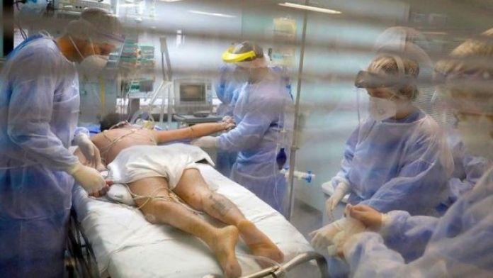 Des travailleurs médicaux soignent un patient atteint de Covid-19 à Porto Alegre, au Brésil