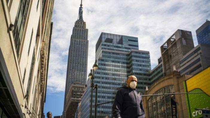 Un hombre en Nueva York, con mascarilla, el 24 de marzo.