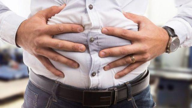 Homem com estômago inchado