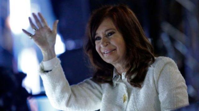 Cristina Kirchner acenando