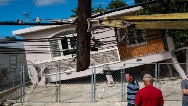 Casa derrubada por terremoto em Porto Rico