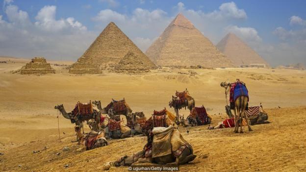 Các kim tự tháp Giza đầy cảm hứng nằm ở bên kia sông Nile so với Cairo.