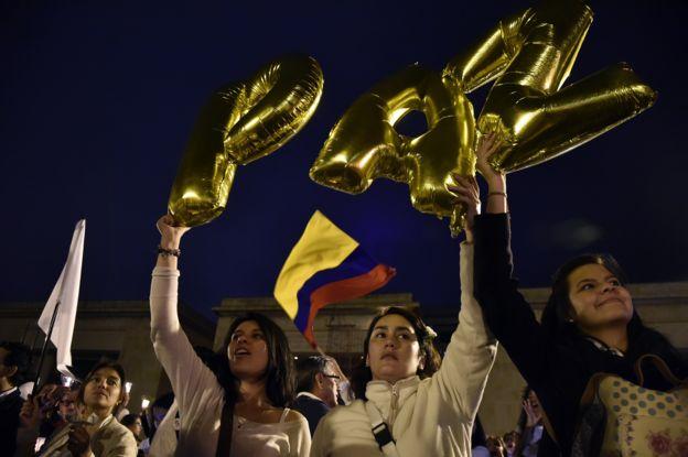 Colombianos levantan banderas