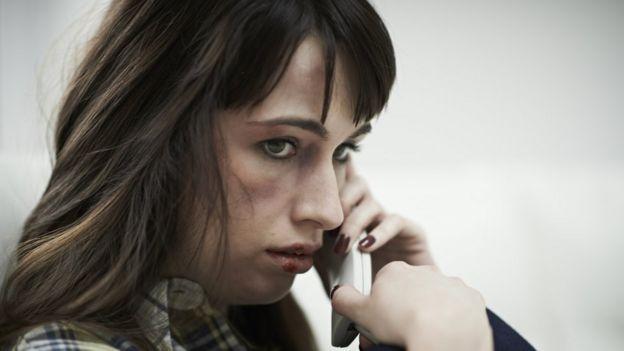 Una joven con un teléfono