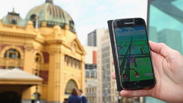 Una persona jugando Pokémon Go en Melbourne, Australia