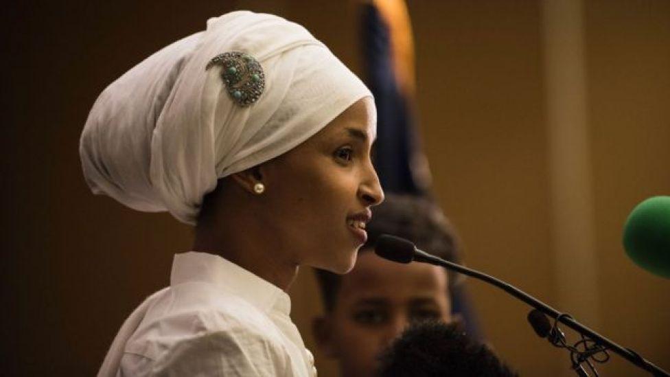 Ilhan Omar en un discurso de aceptación el 8 de noviembre de 2016 en Minneapolis, Minnesota.