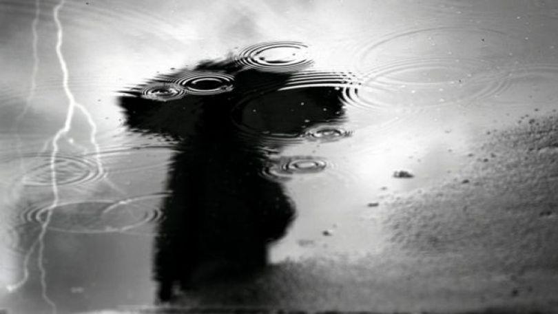 Reflexo de mulher na água e um raio
