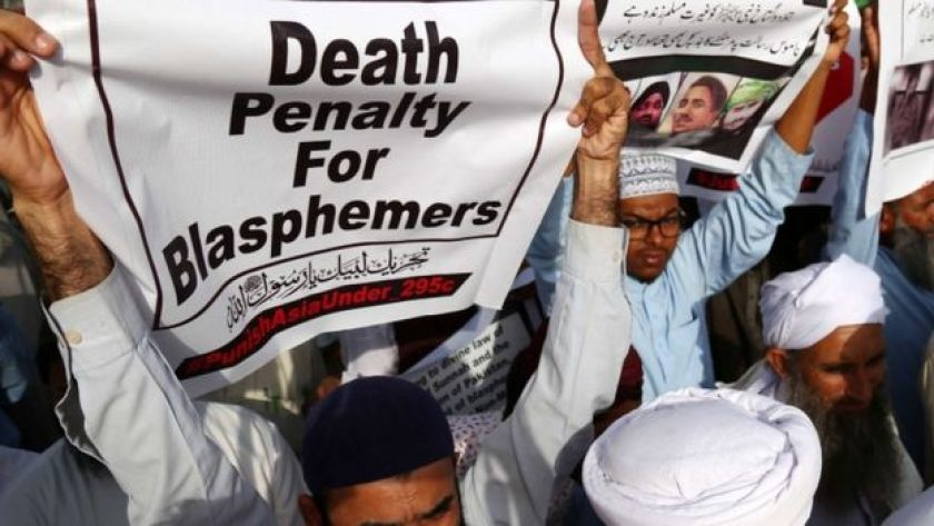 Hardline protesters hold banners demanding death for blasphemers in Karachi, Pakistan (12 Oct 2018)