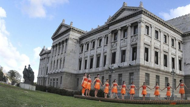 Manifestantes frente al Palacio Legislativo de Montevideo.