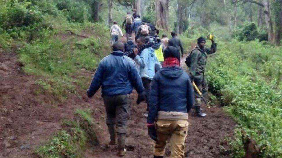 Baadhi ya maafisa wa uokoaji pamoja na waandishi habari katika msitu wa Aberdare