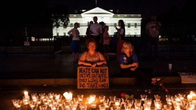 Vigília fora da Casa Branca depois que um supremacista branco matou uma mulhe em Charlottesville, Virgínia