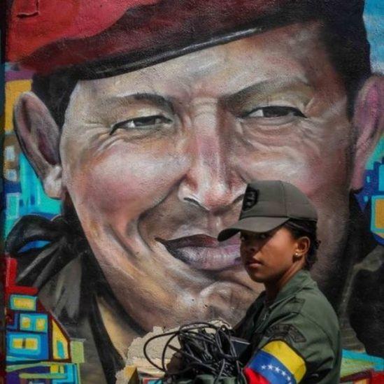 Mural de Hugo Chávez e soldado