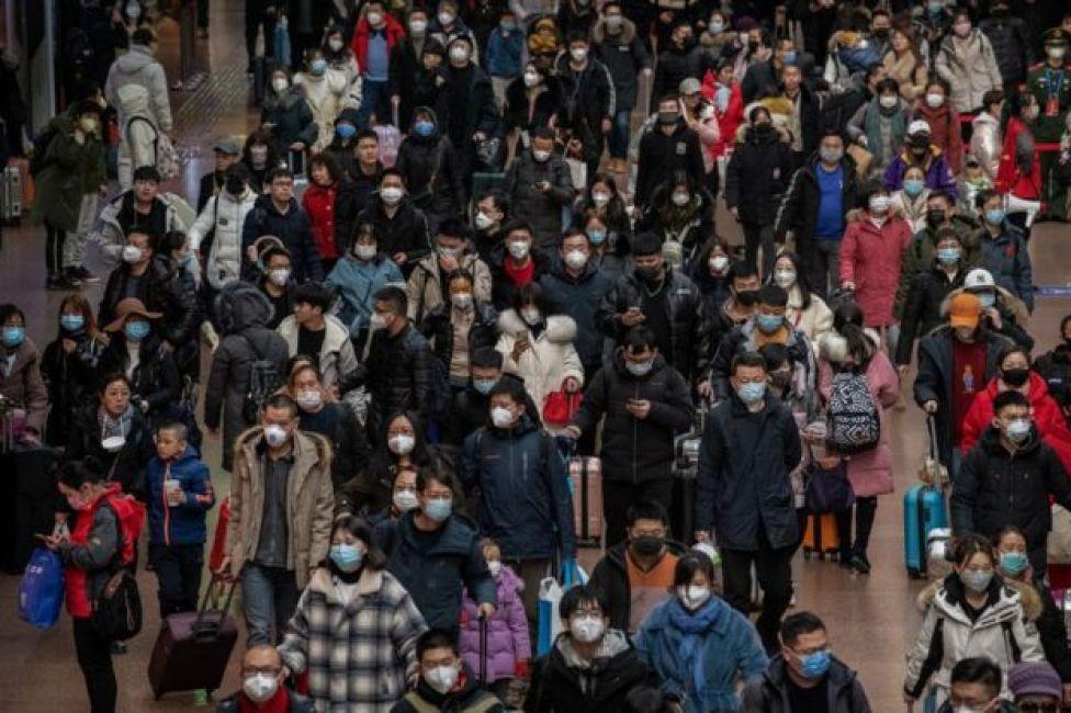 gente en una estación de tren China.