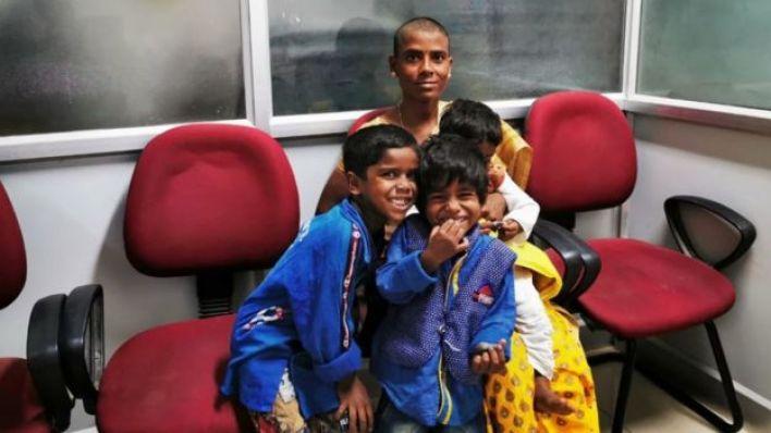 Prema Selvam çocuklarıyla birlikte