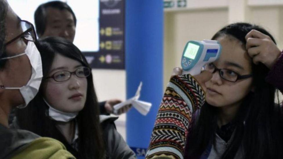 Turistas no aeroporto de La Paz, na Bolívia, passam por testes para detectar coronavírus